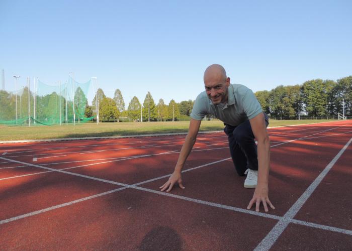 Wethouder Stan Backus in de startblokken op atletiekbaan