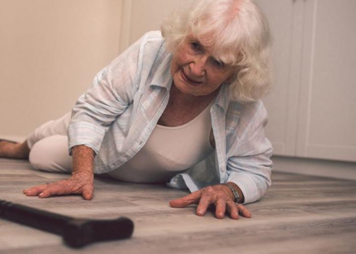 Een oudere die gevallen is op de vloer