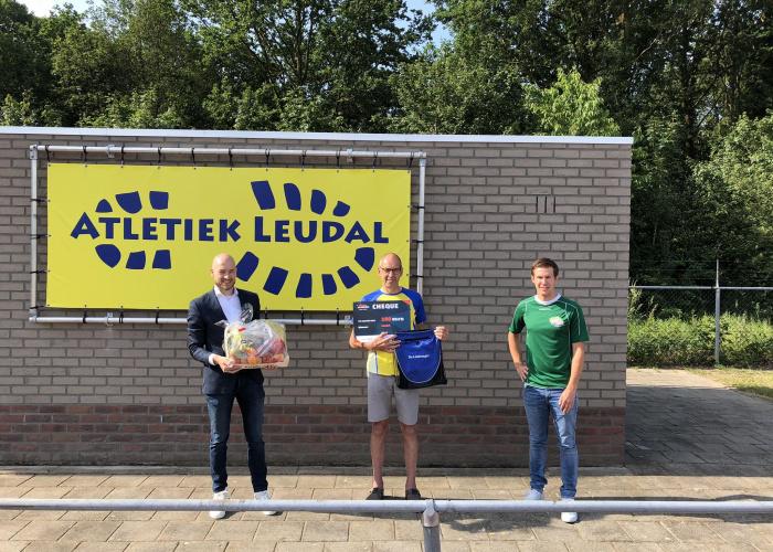 Winnaar Vitaal Verenigen Sportquiz samen met beweegcoach Ken