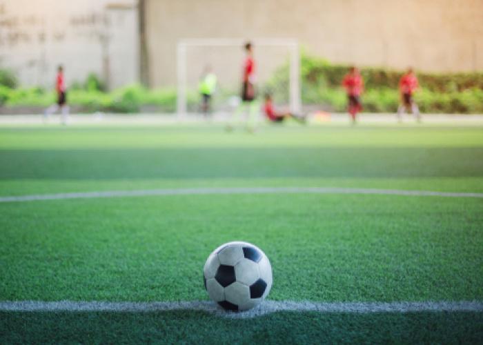 Een bal op de stip van het voetbalveld