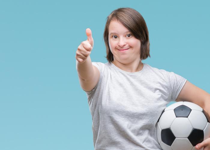 Vrouw met een beperking die duim omhoog steekt