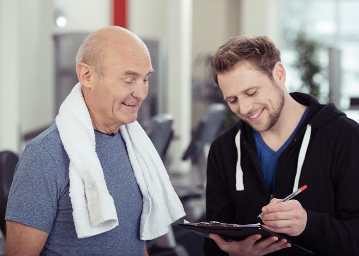 Beweegcoach bespreekt testresultaten met deelnemer